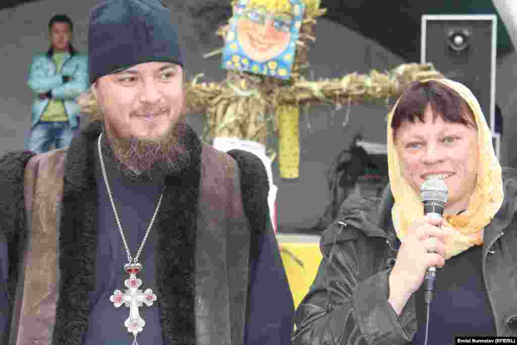 Father Victor of the Church of the Archangel Michael in Osh and his wife take part in the Orthodox holiday.