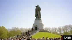 Памятник в Трептов-парке пользуется у берлинцев спросом и сегодня