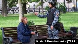 Гвардеец и женщина на скамейке, Москва, 3 августа 2019