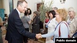 (фото Британської ради) Посол Великої Британії Лі Тернер з учасниками програми «Навчаймося разом!», 29 червня 2010 року