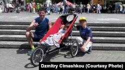 Дзьмітрый Цімашкоў з дачкой і сынам, архіўнае фота