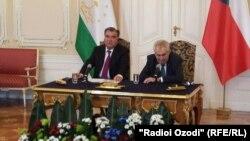 Президенты Таджикистана и Чехии (слева направо) Эмомали Рахмон и Милош Земан.