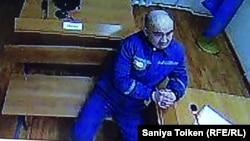 Тұтқын Макс Боқаев Астанадағы сот процесіне Петропавлдағы тергеу абақтсынан интернет байланысы арқылы қатысып отыр. 25 қаңтар 2018 жыл. (Монитордан түсірілген сурет.)
