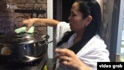 Гульнара помогает поварам.