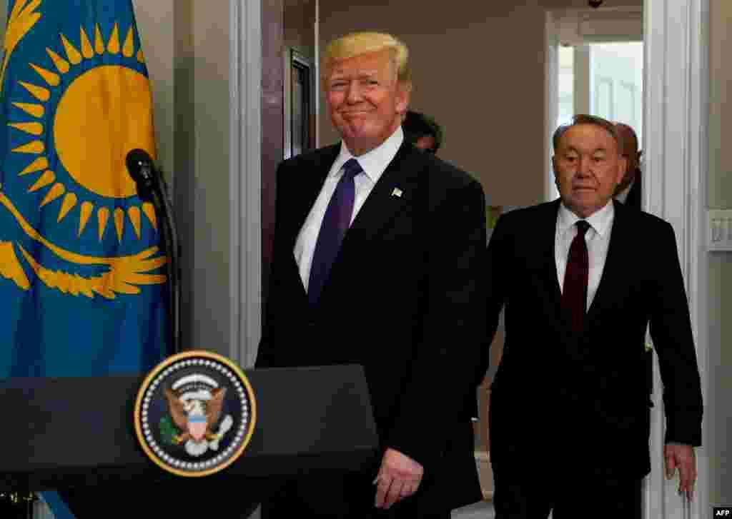Трамп пен Назарбаев Ақ үйдегі Рузвельт бөлмесіне кіріп келе жатыр. Вашингтон, 16 қаңтар 2018 жыл.
