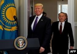 Президент США Дональд Трамп та президент Казахстану Нурсултан Назарбаєв входять в кімнату Рузвельта Білого дому у Вашингтоні, США, 16 січня 2018 року