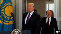 Президент США Дональд Трамп и президент Казахстана Нурсултан Назарбаев входят в комнату Рузвельта – конференц-зал в западном крыле Белого дома. Вашингтон, 16 января 2018 года.