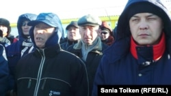 «МұнайФилдСервис» компаниясы жұмысшылары жалақы көбейтуді талап етіп тұр. Жаңаөзен, 4 ақпан 2014 жыл.