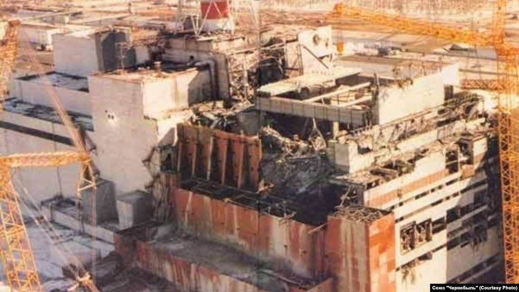 Разрушенный взрывом четвертый блок Чернобыльской электростанции