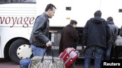 Azilanti ulaze u autobuse u Briselu