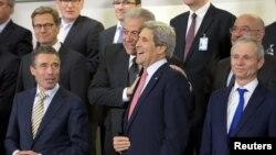 Грчкиот министер за надворешни работи Димитрис Аврамопулос со американскиот државен секретар Џон Кери во Брисел.