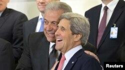 Aмериканскиот државен секретар Џон Кери и министерот за надворешни работи на Грција Димитрис Аврамопулос.