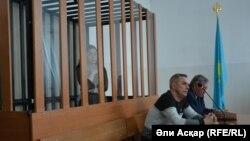 Алаяқтық жасау айыбымен сотталған Ботагөз Биекенова (кабинада) сотта тұр. Ақтөбе, 11 сәуір 2017 жыл.