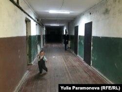 Сын Алины в коридоре общежития