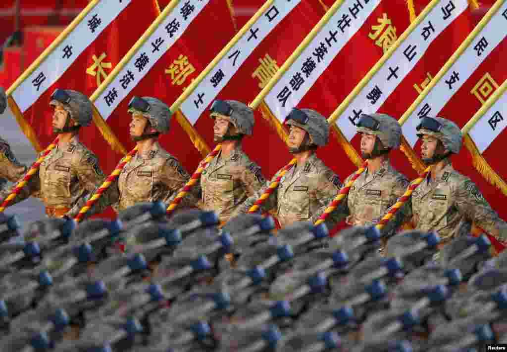 А щоб традиційний для Пекіна смог не зіпсував видимість на параді, було вирішено тимчасово зупинити десятки заводів у радіусі 200 кілометрів від столиці і обмежити в місті рух автомобілів