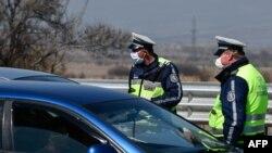 Policajci u Sloveniji provjeravaju vozilo, ilustracija