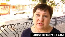 Женщина говорит: ей жаль, что так происходит, но она вынуждена думать о будущем своих детей