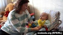 Нянька Тацяна з маленькім Кастусём Бахурам