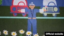 """Архивска фотографија: Изложба на цртежи на деца од градинката Пролет на тема - """"Полицаецот е нашиот најдобар пријател""""."""