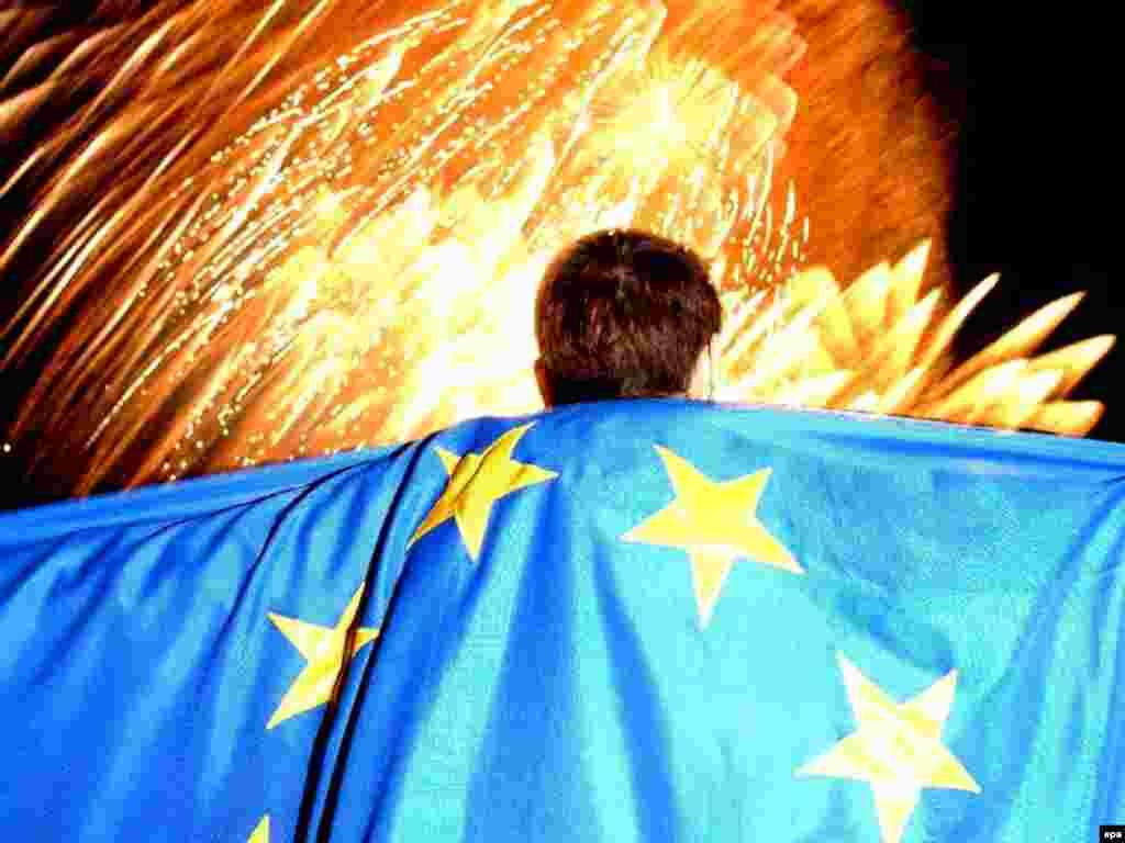 EU – Polish student Szymon Skrzypczak won the contest for EU's 50th anniversary logo competition, 2006 - EU50
