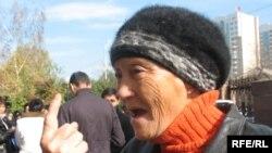 Алматылық Күлән Қанапиянова Қазақстан президенті барлық қателігі үшін халық алдында жауап беруі тиіс дейді. Алматы, 21 қазан 2008 жыл.