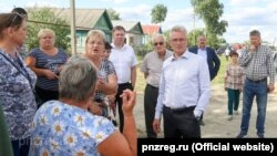 Penza Oblast Governor Ivan Belozertsev (center right) meets with locals in the village of Chemodanovka on June 15.