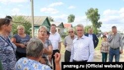 Иван Белозерцев с жителями региона