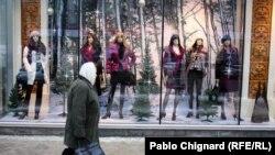Moldova - Pablo, generic, shop window, mode, old people, undated