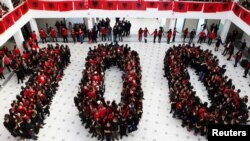 Učenici srednje škole na Kosovu formirali broj 100 povodom veka nezavisnosti Albanije