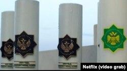 Кадр из фильма «Призрачная шестёрка» с туркменскими символами