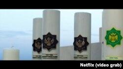 "Çeper film synçylary ""6 Ýerasty"" filmindäki hyýaly Türgistan ýurduny suratlandyrmak üçin Türkmenistanyň döwlet nyşanlaryna juda meňzeş simwollardan peýdalanylandygyny aýdýarlar"