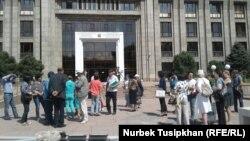 Проблемные заемщики кредитов у здания подразделения Нацбанка Казахстана. Алматы, 22 августа 2017 года.