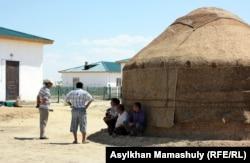 Көмекбаев ауылындағы тұрғындар. Қызылорда облысы, 16 шілде 2013 жыл.