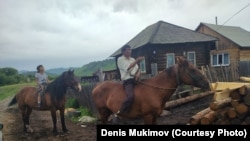 Сергей и Айсели Сазанакова на конях