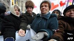 Премьер Тимошенко умудряется поднять пенсионеров на свою защиту даже в эти смутные времена