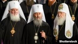 (Слева направо) митрополит Макарий, митрополит Онуфрий, патриарх Филарет