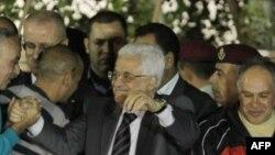 Palestinian leader Mahmud Abbas (center) (file photo)