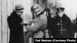 Полска - Варшавско гето, фотографијата е снимена во периодот меѓу 11/11/1941 и 16/04/1942.