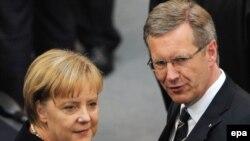 Germaniýanyň kansleri Angela Merkel (çepde) we prezidenti Kristian Wulff