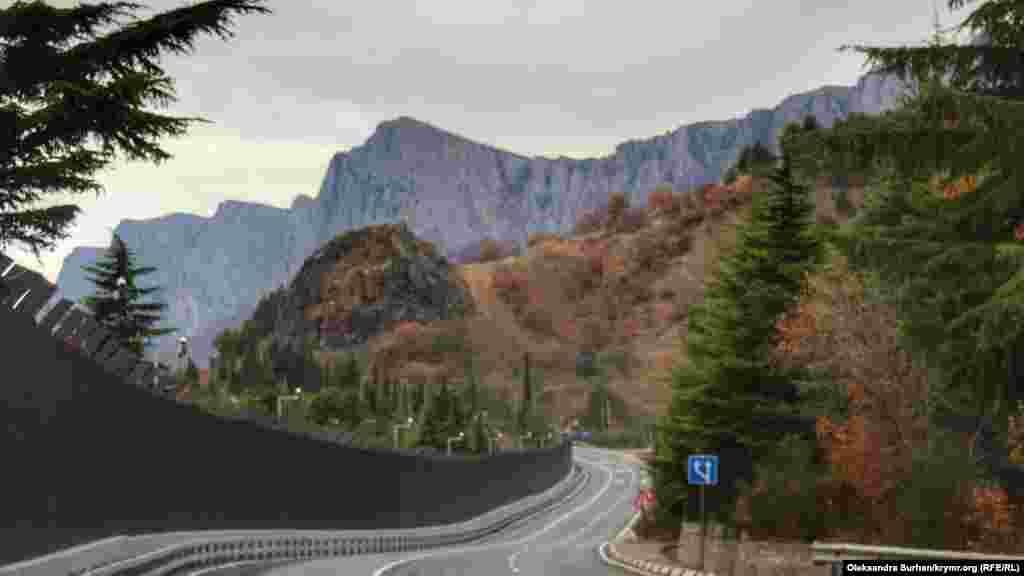 При выезде с поселка на трассу открывается вид на крымские горы
