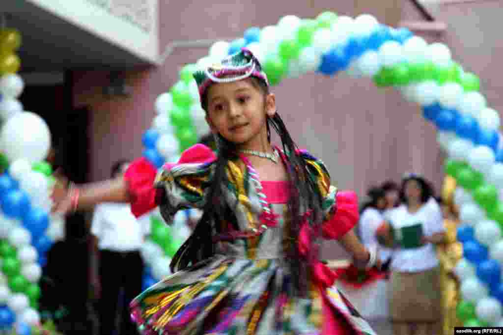 "An Uzbek schoolgirl takes part in ""first bell"" celebrations. (RFE/RL/Ulugbek Matyakubov)"
