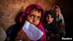 Пакистанские девочки посещают занятия в школе в трущобах Исламабада. 11 октября 2013 года.