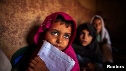 Исламабадтың шетіндегі кедей аудандардың бірінде мектепке келген оқушы қыздар. 11 қазан 2013 жыл.