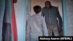 Главный герой фильма и его отец (фильм на казахском языке с субтитрами на русском). Снимок с экрана.