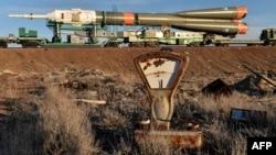 Космическую ракету «Союз» выводят на стартовую площадку. Байконур, 25 марта 2015 года.