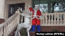 Новогодние скульптуры у входа в ресторан в Алматы.