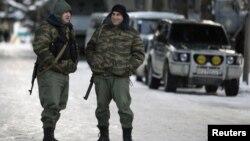 Дмитрий Тасоев, который в те годы наряду со всеми стоял с оружием в руках, вспоминает, что в ОМОН с первого дня хотели попасть многие, потому, что его сотрудникам выдавалось оружие