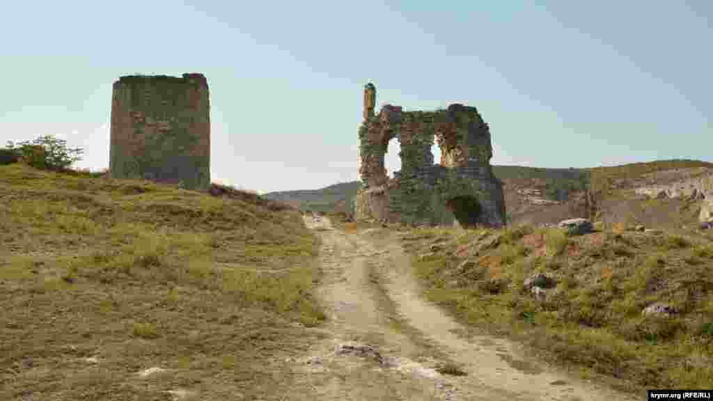 Вид на башни крепости Каламита с дороги, спускающейся к монастырю