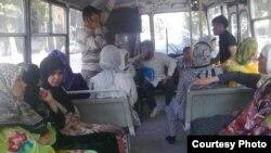 Таджикские женщины в хиджабах в автобусе. Иллюстративное фото.