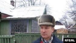Васіль Хадзькоў каля сваёй хаты, якую спалілі, пакуль ён быў упастарунку